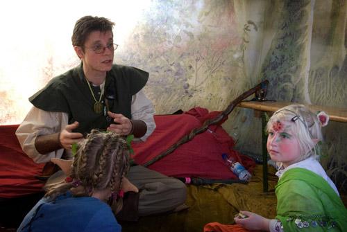 Des enfants captivés par un Conte merveilleux.