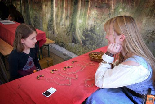 Les enfants apprennent à faire des Colliers des Âges.